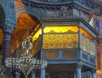 Die Türkei, Istanbul, Hagia Sophia, beleuchtete Sultane packen das Sitzen auf Säulen ein lizenzfreie stockfotografie