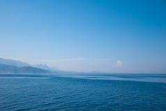 Die Türkei-Landschaft mit blauem Meer, Himmel, grünen Hügeln und Bergen Stockfotos