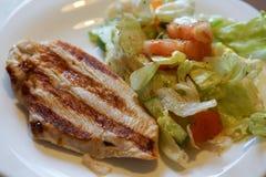 Die Türkei-Steak mit Gemüsesalat Stockfotos