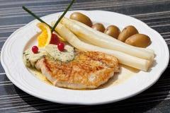 Die Türkei-Steak mit Spargel, Kräuterbutter und Kartoffeln Lizenzfreies Stockbild