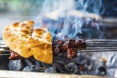 Die türkische traditionelle Mahlzeit, die 'ciger 'genannt wurde, machte durch Leber auf einem bbq mit einem Stück Brot, Abschluss lizenzfreie stockfotos