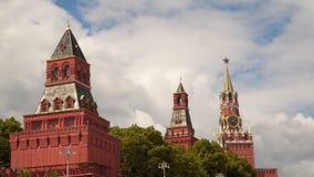 Die Türme der Kremlmauer in Moskau stock footage