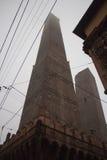 Die Türme von Bologna im Nebel: Asinelli 97 m und Garisenda 48 m Emilia Romagna, Italien Lizenzfreies Stockbild