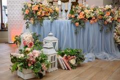 Die Tabelle der Jungvermählten wird mit Blumen, Kerzen und Geweben verziert Konzept einer Hochzeitsfeier, Partei lizenzfreie stockbilder