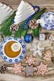 Die Tabelle des neuen Jahres mit Tannenzweigen und Dekorationen auf einem hölzernen Hintergrund Weihnachtstee mit Plätzchen, Lebk lizenzfreies stockfoto