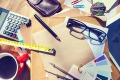 Die Tabelle des unordentlichen Architekten mit Arbeits-Werkzeugen Stockbild
