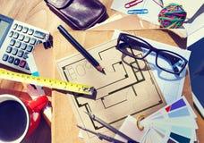 Die Tabelle des unordentlichen Architekten mit Arbeits-Werkzeugen Stockbilder