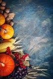 Die Tabelle, verziert mit Gemüse und Früchten Erntefest, glückliche Danksagung Stockbild