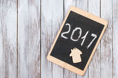 Die Tablette auf hölzernem Hintergrund 2017-guten Rutsch ins Neue Jahr-Konzept Raum für Text Stockfotos