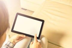 Die Tablette in den Händen Heller Hintergrund Stockfotografie