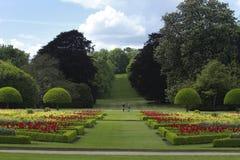 Die tadellos manikürten Gärten an Wimpole-Halle stockbilder