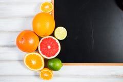 Die Tafel mit frischer Zitrusfrucht Lizenzfreies Stockbild