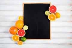 Die Tafel mit frischer Zitrusfrucht Stockfotografie