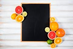 Die Tafel mit frischer Zitrusfrucht Stockfotos