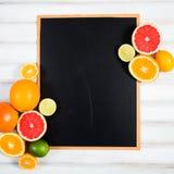 Die Tafel mit frischer Zitrusfrucht Lizenzfreies Stockfoto