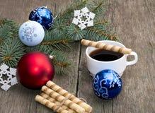 Die Tannenbaumniederlassung verziert mit Bereichen und einem Schneeflocke coffe Stockbild