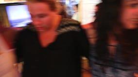 Die tanzenden Damen und genießen in der Kreuzfahrtreise - Griechenland stock video