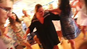 Die tanzenden Mädchen und genießen in der Kreuzfahrtreise - Griechenland stock video footage