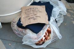 Die Tasche der obdachlosen Frau auf NYC-Straßen stockfotografie