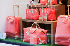 Die Taschen der ausgezeichneten Frauen in einem Shopshowfenster Lizenzfreie Stockfotos