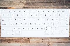 Die Tastatur auf der Draufsicht des Weinleseholztischs Stockfotografie