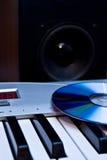 Die Tasten des Klaviers, der Platte und des lauten Lautsprechers Stockfotografie