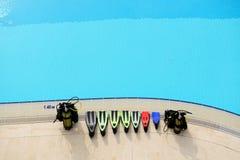 Die Tauchausrüstung nahe Swimmingpool im modernen Luxushotel Lizenzfreie Stockbilder