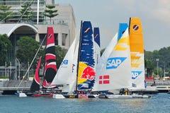 Die Teams, die für Rennen sich vorbereiten, beginnen an der extremen segelnden Reihe Singapur 2013 Stockfotografie