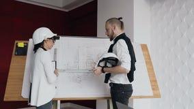 Die Teamwork eines Architekten und des Ingenieurs, der an einem Projekt für den Bau eines Wohngebäudes arbeitet stock video footage