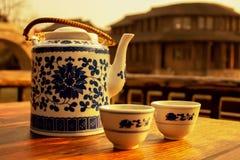 Die Teekanne und die Schalen stockbilder