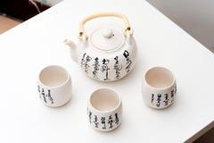 Die Teekanne und die Schalen mit den chinesischen alten Mustern Stockbilder