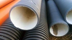 Die Teile für Abwasserkanalwasser laufen, Rohre aus Stockfoto