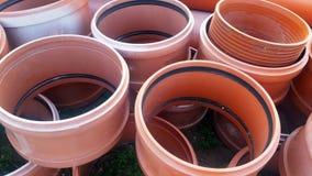 Die Teile für Abwasserkanalwasser laufen, Rohre aus Stockfotografie