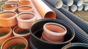 Die Teile für Abwasserkanalwasser laufen, Rohre aus Stockbilder