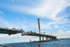 Die teilweise fertige Schrägseilbrücke lizenzfreie stockfotos