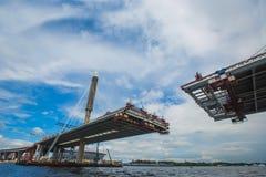 Die teilweise fertige Schrägseilbrücke stockfotografie