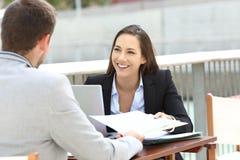 Die Teilzeitarbeit mit zwei Führungskräften informiert sich lizenzfreies stockfoto