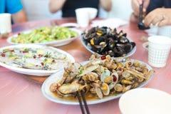 Die Teller auf dem Tisch Stockfotografie