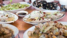 Die Teller auf dem Tisch Lizenzfreies Stockfoto