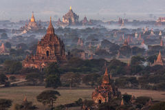 Dämmern Sie über den Tempeln von Bagan - Myanmar Stockfotos