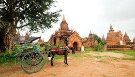 Die Tempel und der Pferdewagen in Bagan Stockbild
