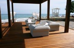 Die Terrassen mit Lehnsesseln auf dem Strand Lizenzfreies Stockfoto