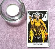 Die Teufel-Tarock-Karten-Knechtschaft, Versuchung, Versklavung, Materialismus, Sucht lizenzfreie stockbilder