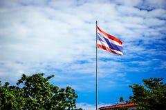 Die thailändische Flagge wird zum Himmel morgens durchgebrannt lizenzfreie stockbilder