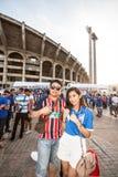 Die thailändischen Fans warteten auf das Fußballspiel Stockfotografie