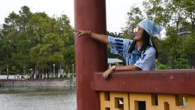 Die thailändischen Frauen der Reisenden, die für stehen, machen Foto im Garten an Zhongshan-Park stock video footage