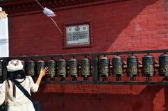 Die thailändischen Frauen, die Gebet spinnen, dreht herein Swayambhunath-Tempel Stockfotografie