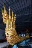 Die thailändischen königlichen Lastkähne werden in der Königsfamilie während Tradition reliogius Prozession zum königlichen Tempe stockbild