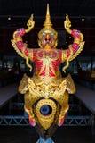 Die thailändischen königlichen Lastkähne werden in der Königsfamilie während Tradition reliogius Prozession zum königlichen Tempe lizenzfreie stockfotos