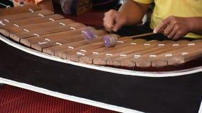 Die thailändischen Leute, die Ranats-ek spielen oder die traditionellen thailändischen Instrumente des Xylophons stellen dar stock video footage